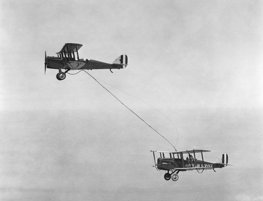 The first in-flight refueling (1923).